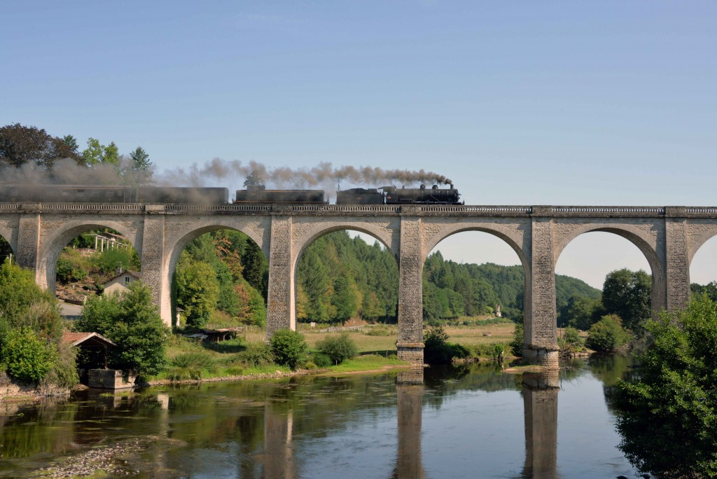 Le train touristique franchit le viaduc de St Priest-Taurion en août 2015. Photo : CFTLP