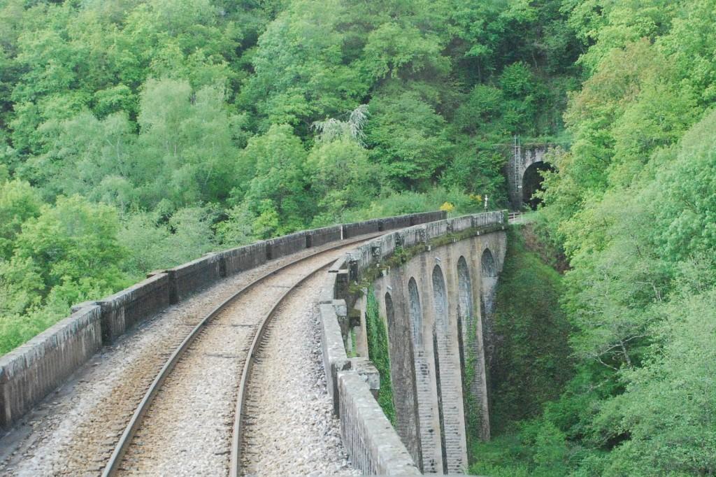 En chemin, peu avant Châteauneuf-Bujaleuf. Seule la voie ferrée traverse ces paysages.