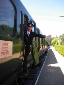 Le chef de train donne l'ordre de départ au conducteur après avoir contrôlé la fermeture des portières.