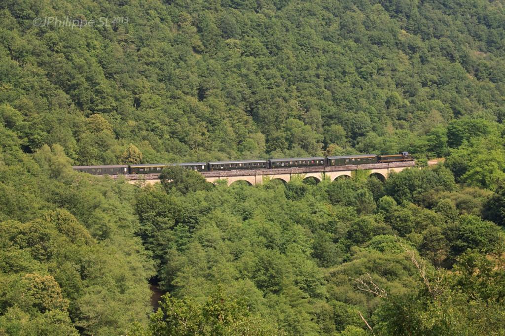 Le train touristique franchit l'un des nombreux ouvrages d'art construits entre Châteauneuf-Bujaleuf et Eymoutiers. 24/07/2013 - Photo : Jean-Philippe SALMON-LEGAGNEUR