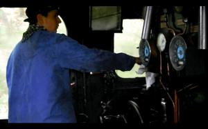 Le mécanicien jongle avec le régulateur et le frein pour respecter la vitesse imposée.