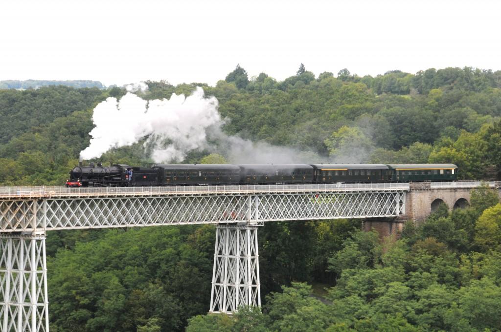 Le train touristique franchit le viaduc de Busseau/Creuse lors des festivités des 150 ans du viaduc en août 2014. Photo : D. Delattre.