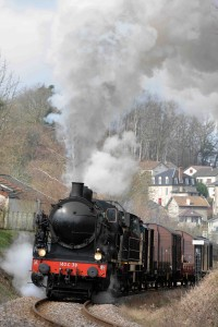 Le train à vapeur arrive en gare de Bugeat. Photo : CFTLP