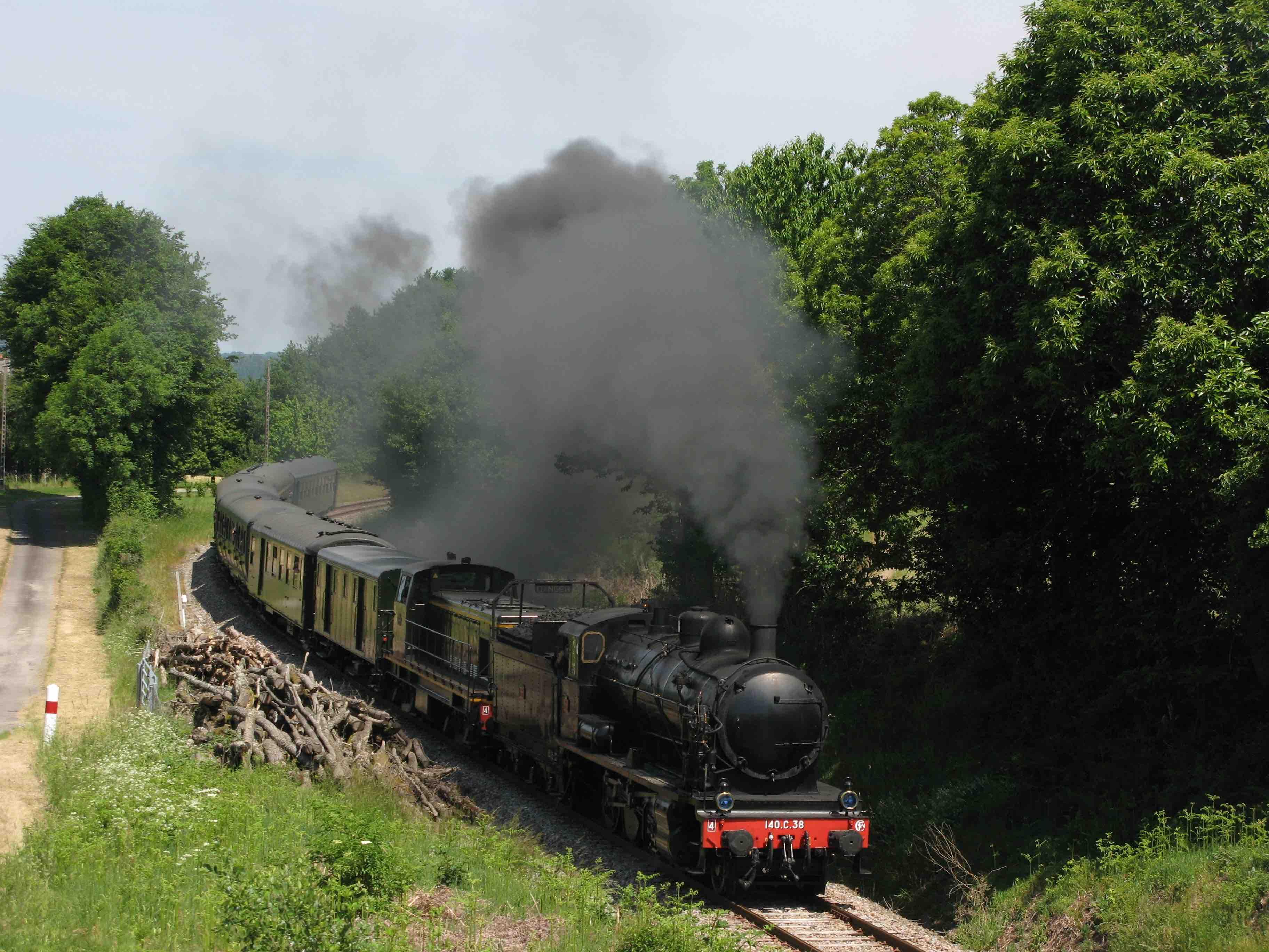 Le train à vapeur dans les monts corréziens peu avant Bugeat. Photo : CFTLP